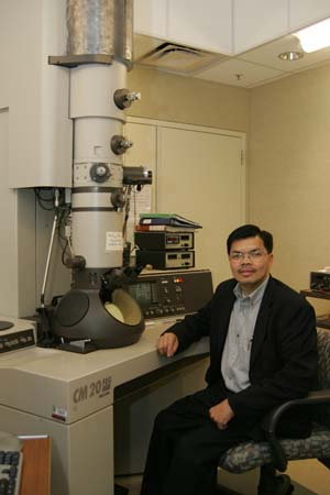 Lloyd Tran at the Scanning Electron Microscope